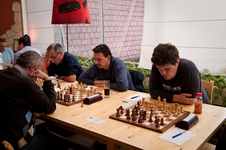 Jozsef Barta (in the middle) playing for Europchess